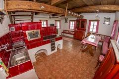 obývací pokoj v selském stylu s kachlovými kamny a pecí